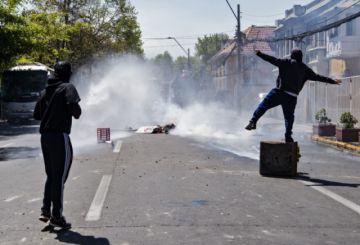 Justicia chilena investiga si policía causó grave caída de un menor en protesta