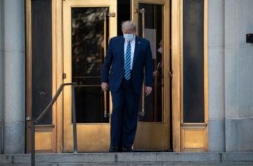 Trump sale caminando del hospital tras recibir tratamiento por covid-19