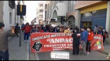 Trabajadores de Andacaba llegan en marcha desde el bloqueo en San Antonio