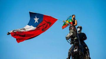 Manifestantes expulsan a policías de simbólica plaza en Santiago de Chile