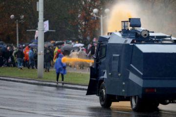 Policía bielorrusa dispersa manifestación con cañones de agua y granadas aturdidoras