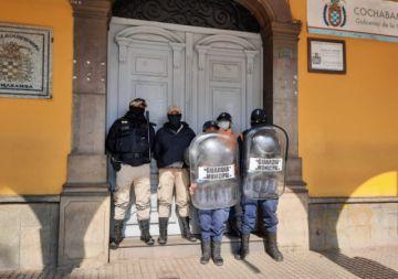 Cochabamba: Leyes cierra puertas de la Alcaldía para evitar notificación de suspensión temporal