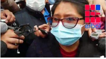 El Alto: Abucheada, Eva Copa sale escoltada de recinto tras emitir su voto