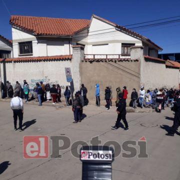 La jornada electoral comienza con largas filas en afueras de los recintos