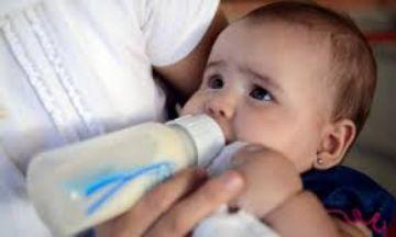 El biberón supone una fuente importante de ingesta de microplásticos, según estudio