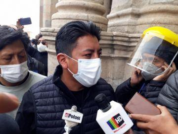 Tensión en Potosí: La gente le grita a Marco Pumari y le lanzan tomates