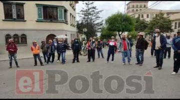 Trabajadores mineros de Andacaba toman la CNS en Potosí