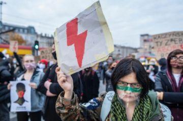 Mujeres en Polonia se manifiestan contra prohibición del aborto