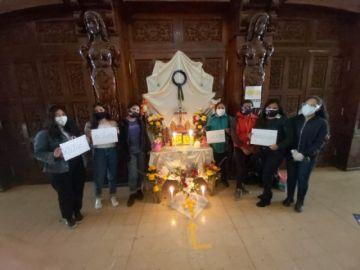 Voluntarios erigen una tumba de difuntos en conmemoración a víctimas de feminicidio