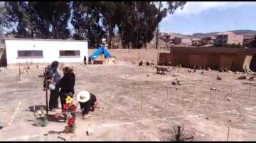 Familiares ponen cruces por los fallecidos por coronavirus
