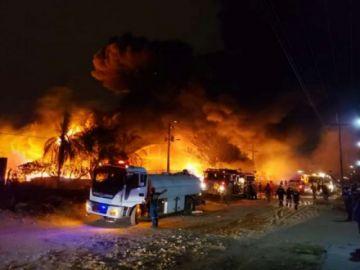 Bomberos tratan de controlar voraz incendio en Parque Industrial de Santa Cruz