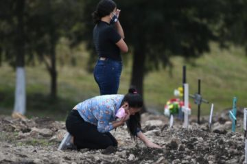 Hondureños buscan las tumbas de parientes fallecidos por covid-19