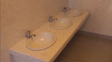 La alcaldía entregó la construcción de baños en la escuela Gonzalo Calderón