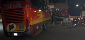 Bus se estrella con 47 pasajeros a bordo y hay un muerto