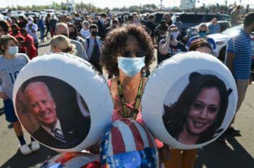 Multitudes acuden a la Casa Blanca para celebrar la victoria de Biden y Harris