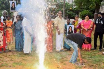 Petardos y festejos en el pueblo indio de los antepasados de Kamala Harris