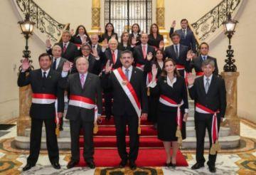Nuevo presidente peruano juramenta a un gabinete