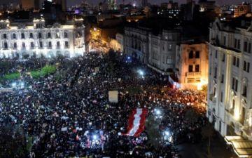Miles de peruanos marchan contra el nuevo presidente Merino