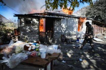 Los armenios queman sus casas en Nagorno Karabaj antes de la cesión a Azerbaiyán