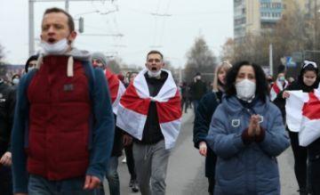 Hay más de 300 detenidos en nueva manifestación de la oposición en Bielorrusia