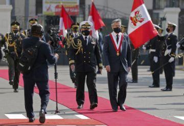 Francisco Sagasti jura como nuevo presidente de Perú tras una semana de caos