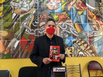 Periodista entregó libro de relatos a la ciudadanía