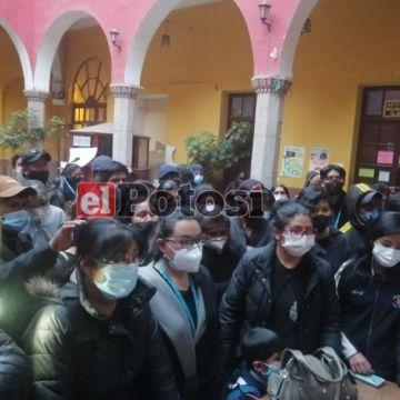Familiares toman la alcaldía de Potosí exigiendo exhumar a fallecidos covid