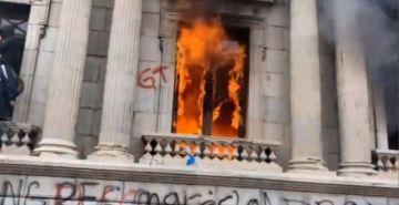 Manifestantes incendian sede del Congreso de Guatemala