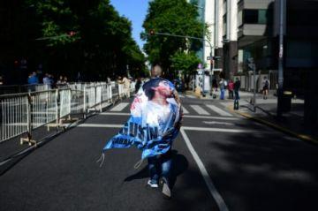 Miles y miles de argentinos desfilan ante el féretro de Maradona