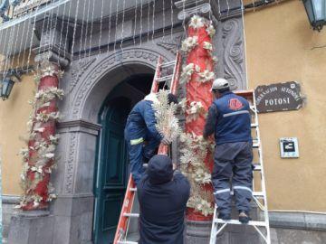 La Gobernación en Potosí comienza a armar iluminación navideña