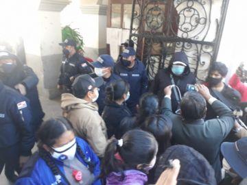 Familiares de fallecidos por covid intentan tomar el edificio municipal y declaran vigilia