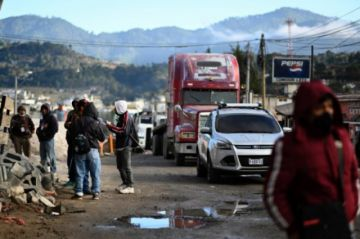 Indígenas cierran caminos en Guatemala para exigir renuncia del presidente