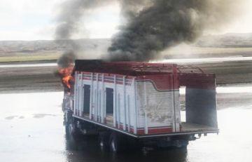 La Paz: Militares y Aduana incineran camión con ropa usada en localidad de Calacoto