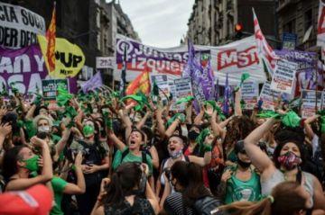 Diputados aprueban legalización del aborto en Argentina, que pasa al Senado