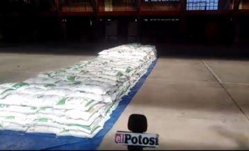 Así llegan los productos de la canasta estudiantil para Potosí