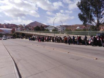 Con larguísimas filas inicia la entrega de la canasta estudiantil