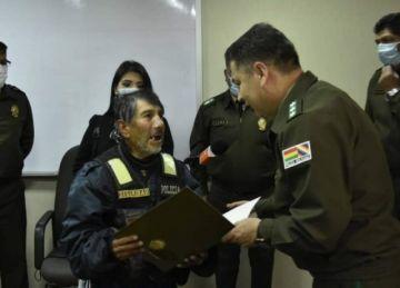 La Paz: Reconocen a un ciudadano de 74 años como policía honorario de Tránsito