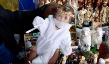 Ofertan trajes de bioseguridad también para el Niño Jesús