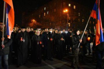 Miles de armenios rinden homenaje a las víctimas del conflicto de Karabaj