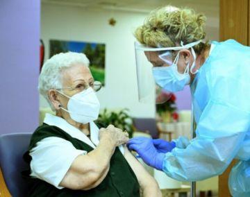 """La Unión Europea inicia """"esperanzadora"""" campaña de vacunación contra el coronavirus"""