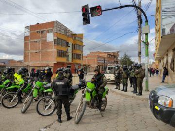 Hay presencia policial y de militantes del MAS en cercanías del TED Potosí