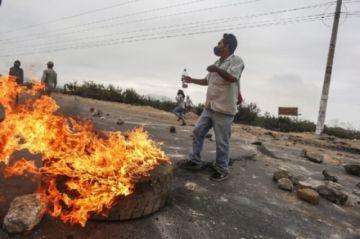 Persiste bloqueo de ruta por trabajadores rurales tras protestas con tres muertos en Perú