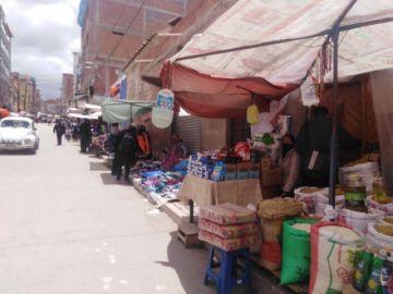 Las aceras y calles están ocupadas por tiendas y comerciantes en Potosí