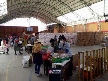 Algunas familias recibieron hasta seis canastas estudiantiles en Potosí