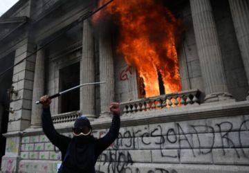 Giammattei cumple primer año de gobierno sacudido por pandemia y protestas en Guatemala
