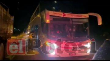 Policía en Potosí efectúa control del aforo de pasajeros en trancas
