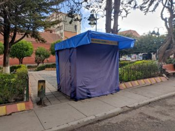 Caseta de naturista obstaculiza paso peatonal