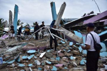 Reportan que hay al menos 37 muertos por un fuerte sismo en Indonesia