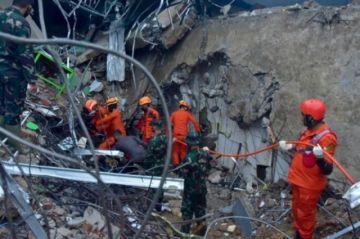 Los socorristas buscan supervivientes del sismo en isla indonesia Célebes
