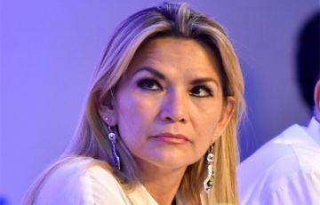 """Añez ve """"negligencia"""" de Arce por su pedido a la población de """"aguantar"""" hasta llegada de vacunas"""